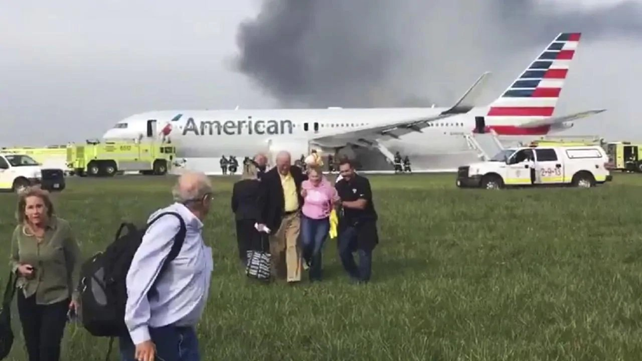 Авария Sukhoi Superjet 100 в Шереметьево - почему пассажиры несли вещи из самолета